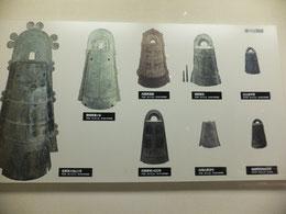 左が滋賀県野洲市大岩山銅鐸。だんだんと大型で華美な装飾を施すようになる。(野洲市立銅鐸博物館)