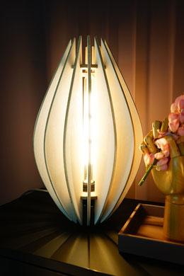 Holz Tischleuchte LED in weiss auf Kommode