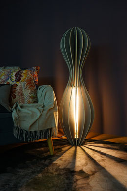 grosse moderne Holzstehlampe LED im Wohnzimmer