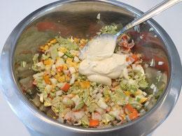 Fertigstellung des Surimi-Salates