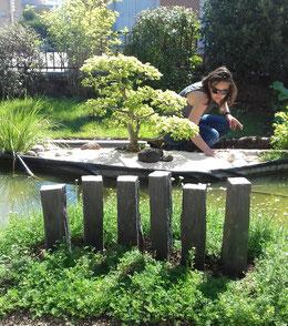 Justine Feuillet en pleine création d'un jardin japonais avec bassin