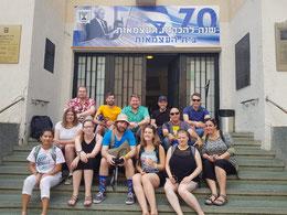 Deutsche und israelische Jugendleiter in Tel Aviv vor Independence Hall, dem Gebäude, in dem vor 70 Jahren der Staat Israel ausgerufen wurde.
