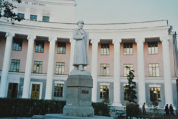 モンゴル国立大学の本館とチョイバルサン像(1986年9月、ウランバートル)