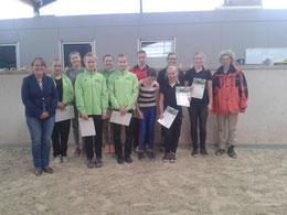die glücklichen Prüfungsabsolventen mit dem Richterteam (M. Fliegerbein und H. Jakoby)