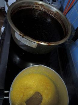 手前が追加の柚子の皮を煮込んでる所。