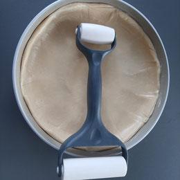 ausgerollter Quiche Teig in der runden Ofenhexe