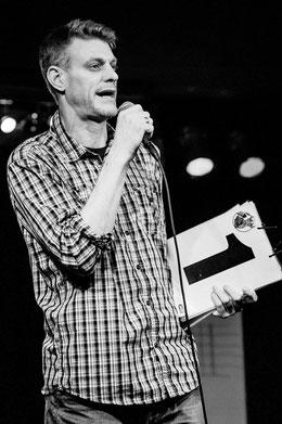 Björn Högsdal bei der Moderation eines Poetry Slam