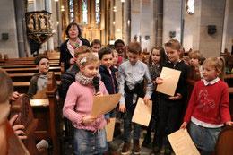 Susanne (mit Mikro) erklärt bei der Kinderkirchen-führung, wer Ritter Gerricus war. (Foto: A. Fröhling)