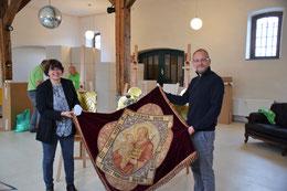 Dr. Beate Johlen-Budnik und Peter Stegt mit der Fahne des Katholischen Arbeiter- und Handwer-kervereins Gerresheim  von 1897 beim Aufbau der Ausstellung. (Foto: A. Schmitz)