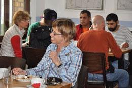 """Organisatorin Hilde Föster (Mitte vorne) freut sich über den Erfolg des """"Intenationalen Cafés""""."""