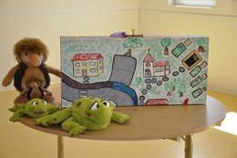 """Die beiden Frösche und die Maskottchen """"Tränchen"""" helfen Kindern bei der Trauerbewältigung. (Foto: Barbara Krug)"""