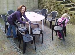 Neue Stühle für die Flüchtlinge in der Manthenstraße