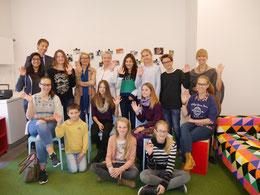 Schüler des Gymnasiums Gerresheim besichtigen den neuen Raum und schmieden Ideen für gemeinsame Aktionen mit den Flüchtlingen