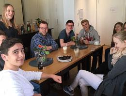Viktoria Stahl (2.v.l.) und Lennart Welz (3.v.l.) mit Schülerinnen und Schülern im Café Aloys.