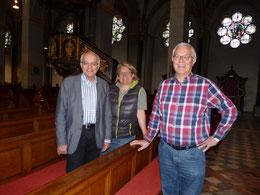 Michael Brockerhoff, Katharina Posten und Pfarrer Karl-Heinz Sülzenfuß bei der Vorstellung der neuen Polster. Foto: Angelika Fröhling