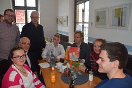 Am Eröffnungstag: Michael Brockerhoff  (2.v.l.), Lennart Welz (3.v.l.) und Pfarrer Karl-Heinz Sülzenfuß (4.v.l.) im Gespräch mit den ersten Besuchern des Schülercafés Aloys.
