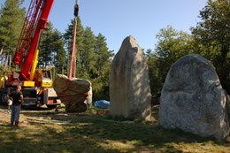 Relevage d'un menhir de l'alignement G2 du Bois de Fourgon à Avrillé (Vendée)