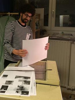 Max Westphal an der Arbeit an seinem Buch Waldfriedhof, das Fotos von Weihnachtsbäumen zeigt, die im öffentlichen Raum entsorgt wurden.