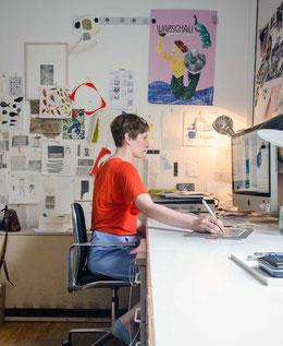 Illustratorin Diana Laube bei der Arbeit, Chalkmaker Zeichnung, Fensterzeichnung, Schaufensterdekoration, Themenschaufenster, Gartenbücher