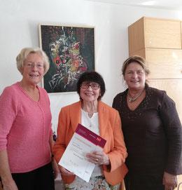 FU Kreisvorsitzende Maria Michalk (rechts) und die stellvertretende FU Bundesvorsitzende Ingrid Petzold (links)  überbrachten Christa Meschgang die herzlichsten Glückwünsche