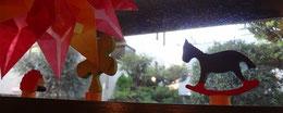 貝の小鳥 扉の上 ハリネズミと木馬