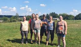 De gauche à droite : Virginie (vente), Isabelle, Romain, Mélina (élevage), Antoine (fromagerie), Julie (vente) et Pierre (élevage et boucherie) (Absente : Chloé (apprentie)).