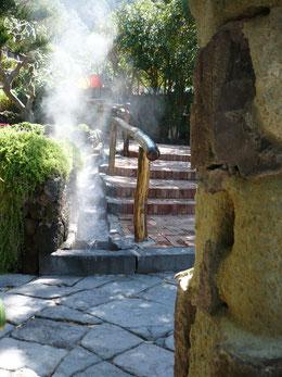 Heißes Wasser vulkanischen Ursprungs fließt in kleinen Kanälen durch den Thermalgarten