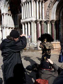 Die Maskenträger legen es daruf an, fotografiert zu werden.