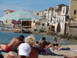 Der Strand von Cefalù, hier das Stück direkt unter der Altstadt