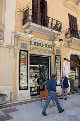 Buchgeschäft mit Jugendstil-Fassade in Trapani