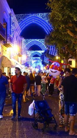 Hauptstraße von Forio bei Nacht und Festbeleuchtung