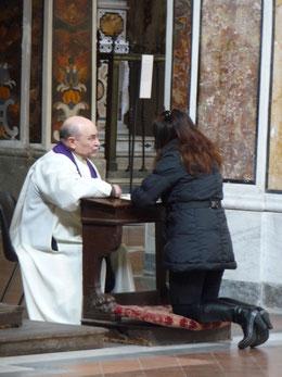Es gibt auch Beichtstühle, aber solche Szenen in offener Kirche habe ich oft im Süden Italiens gesehen.