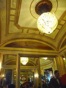 Das Gran Caffe Gambrinus verweist auf reiche, alte Zeiten der Stadt