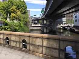 手前に鉄筋コンクリートの常盤橋   左上に渋沢栄一氏の銅像
