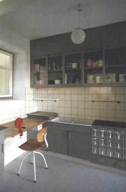 """アルミ製の収納箱が入った作り付け戸棚,   """"フランクフルトキッチン –  Eine museale Gebrauchsanweisung"""" モノの博物館とレナーテ・フラグマイヤーr, 2013"""