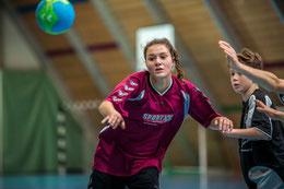 Die U15-Mannschaft, hier Emily Weinekötter, wollen in den kommenden Spielen die technischen Fehler reduzieren.  Foto: Ueli von Allmen, HG Bödeli