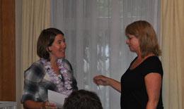 Kassierin Susanna Wanner (rechts) überreicht Sandra Zwahlen ihr Abschiedsgeschenk.