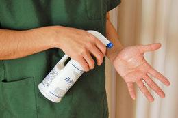 施術ごとに手指のアルコール消毒