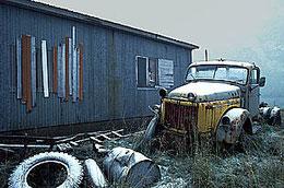 Alter Lastwagen auf aufgelassenen Betriebsgelände