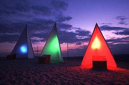 3 Dreiecke in RGB Farben, Nachthimmel, Wolken.