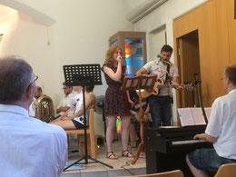 """Tabea Schmidt und Ahmed Kupka von """"7 Ages"""" begeistern mit ihren sehr gefühlvoll vorgetragenen Lobpreisliedern."""