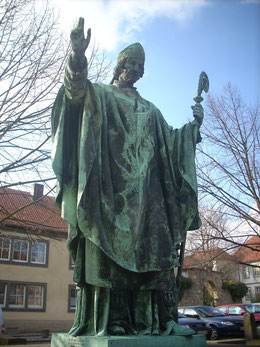 Bernward von Hildesheim (Denkmal am Dom, 19. Jahrhundert)