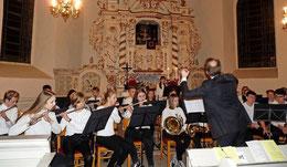 Mit vollem Einsatz leitet Thiemo Fröhlich das Weihnachtskonzert der Blasorchester und der Chor-AG der KGS.  Foto: Susanne Hanke