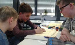 Collin Scholz,Jonas Huch, David Otte und Arian Barian (v.l.)arbeiten an ihrem Plakat.