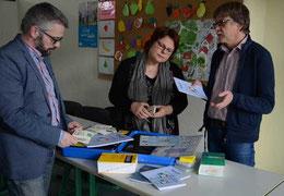Michael Gollert (re.), Lehrer in der Sprachlernklasse, erläutert Dr. Silke Lesemann und Carsten MIlde den Sprachunterricht – Foto: JPH