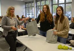 Bevor es aufs Dach ging, bekamen Angela und Patrizia (v.re.) eine Tasche mit Geschenken von Vorholt (li.) – Foto: JPH