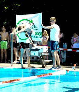 Start: Triathlet Jan Raphael als Erster im Wasser (Foto: HES)