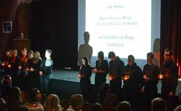 Am Ende kam für jedes Opfer aus Sehnde und Köthenwald ein Schüler mit Kerze an die Bühne – Foto: JPH