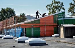 Anfang März wütete hier das Feuer: Nun bekommt der O-Trakt der Kooperativen Gesamtschule ein neues Dach. (Eggers)