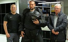 Freuen sich über den neuen Schutzanzug: Die Präventionslehrer Patrick Jobst (von links) und Mimke Carstens sowie Olaf Kruse vom Förderverein des Präventionsrats. Foto: Thomas Böger